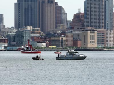 Polizeiboote suchen auf dem Hudson River in New York nach Opfern des Flugzeugunglücks.