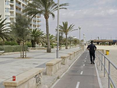 Ein Polizist patrouilliert an der menschenleeren Promenade. Zuvor waren zwei der ETA-Bomben in einem Restaurant explodiert.