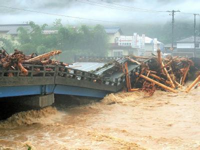 Naturgewalt: Eine eingestürzte Brücke in der japanischen Stadt Asago.