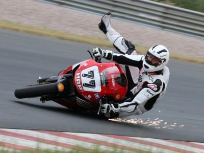 Michael Schumacher stürzt im Juni 2008 mit seinem Motorrad auf dem Sachsenring.
