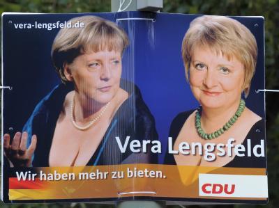 Hat mehr zu bieten: Wahlplakat von Vera Lengsfeld, der Berliner CDU-Direktkandidatin für den Szene-Wahlkreis Friedrichshain-Kreuzberg, neben dem Konterfei von Bundeskanzlerin Merkel.