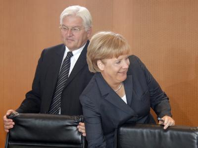 Angela Merkel und Frank-Walter Steinmeier am Kabinettstisch: Alle Umfragen deuten darauf hin, dass Merkel auch nach der Wahl wieder den Chefsessel beanspruchen darf.