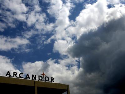 Dunkle Wolken über der Arcandor Zentrale in Essen.