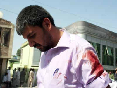 Ein blutverschmierter Mann nach dem Anschlag auf das ISAF-Hauptquartier in Kabul.