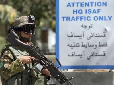 Ein ISAF-Soldat vor dem Hauptquartier der Schutztruppe in Kabul.