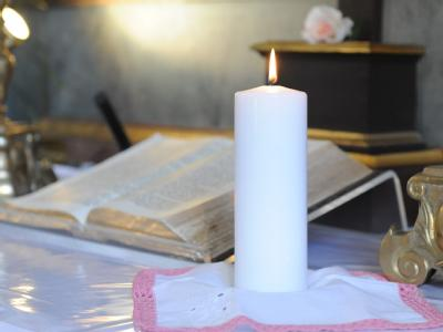 Eine Kerze zur Erinnerung an die verhungerte Sarah während eines Gedenkgottesdienstes in der St.-Gotthard-Kirche in Thalmässing.