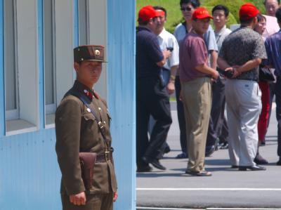Ein Soldat der kommunistischen Republik Nordkoreas an der Grenzlinie in der demilitarisierten Zone nahe Panmunjon (Archiv).