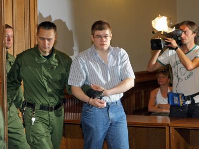 Daniel V., der mutmaßliche Mörder von Michelle, wird in den Gerichtssaal geführt.