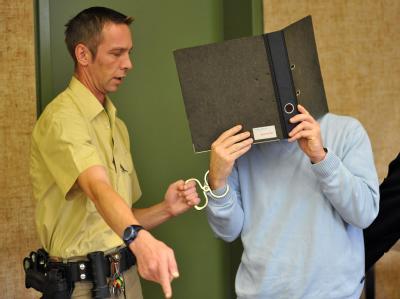 Ein Polizeibeamter führt den Angeklagten Ewald K., in den Gerichtssaal. Der 49-jährige Leichtathletik-Trainer ist wegen Kindesmissbrauchs verurteilt worden.