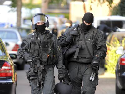 Nach dem Einsatz: SEK-Beamte verlassen den Tatort.