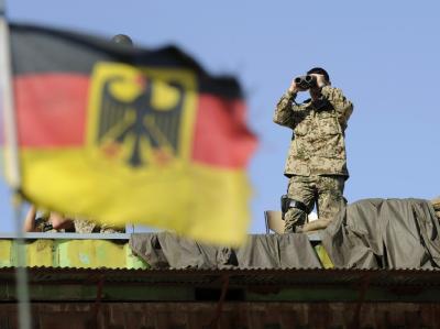 Ein Soldat mit Fernglas steht im Lager der Bundeswehr im afghanischen Feisabad auf einem Gebäudedach. (Archivfoto)