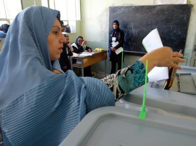 Eine afghanische Frau gibt bei der Präsidentschaftswahl ihre Stimme ab.
