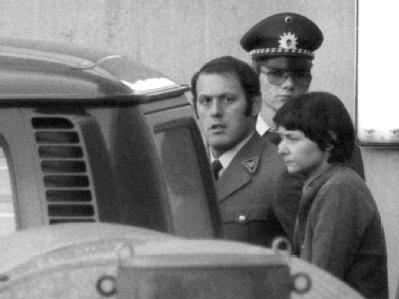 Verena Becker verlässt nach dem Urteil das Stuttgarter Oberlandesgericht (Archivfoto vom 28.12.1977).