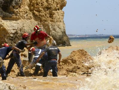 Nach dem Felssturz: Feuerwehrleute suchen am Strand von Albufeira nach Verschütteten.