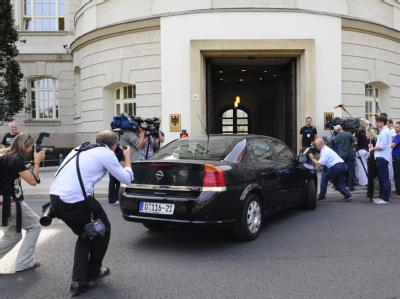 Journalisten belagern in Berlin das Wirtschaftsministerium, in dem die Opel-Verhandlungen stattfanden.