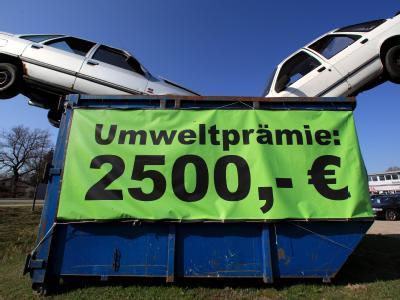 Zwei Schrottfahrzeuge stecken als Werbung für die Umweltprämie in einem Container (Archivbild). Kein Hersteller hat von der Prämie so profitiert wie Volkswagen.