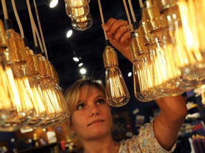Abgehängt: Diese Glühlampen, die als Dekoration in einem Hannoveraner Bekleidungsgeschäft hängen, werden bald verschwunden sein.