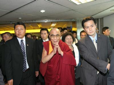 Ankunft am Flughafen des Dalai Lama am Flughafen von Taipeh.