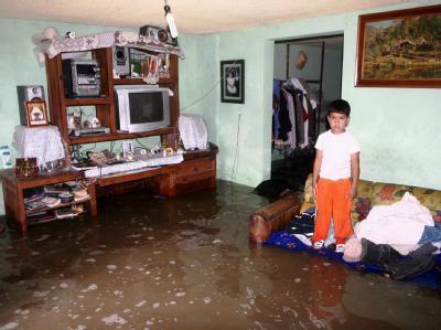 Ein Junge steht in einer überfluteten Wohnung in Ixtapaluca. Wirbelsturm «Jimena» bedroht weiter die mexikanische Pazifikküste.
