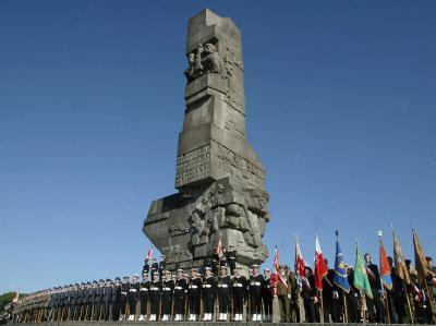 Soldaten und Veteranen am Granit-Denkmal auf der Westerplatte in Polen (Archivbild).