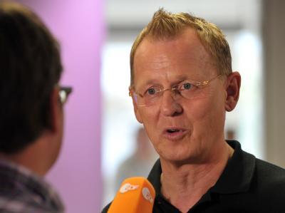 Vor dem ersten rot-rot-grünen Sondierungsgespräch in Thüringen fordert Bodo Ramelow (Linke) von der SPD ein klares Bekenntnis zu einer gleichberechtigten Partnerschaft.