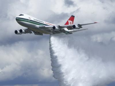 Der «Supertanker», das größte Löschflugzeug der Welt, wirft während einer Vorführung am Flughafen Hahn (Rheinland-Pfalz) am 24.07.2009 Wasser ab.