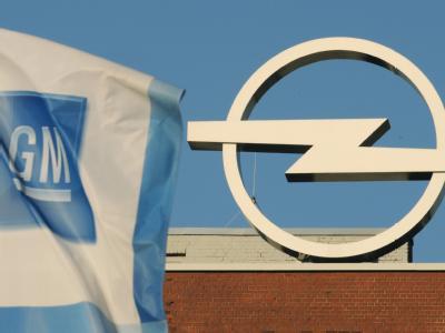 Die Fahne von General Motors vor dem Opel Werk in Bochum.