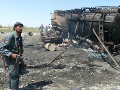 Afghanische Polizei inspiziert am 4. September den Ort, an dem zwei Tanklaster durch einen Luftangriff zerstört wurden.