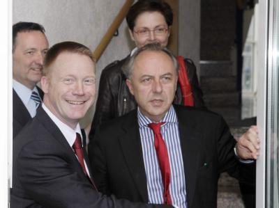 Christoph Matschie, Verhandlungsführer der SPD-Delegation (vorn links) und Matthias Machnig (vorn rechts) in Erfurt.