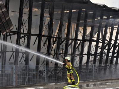 Ein Feuerwehrmann bei der Bekämpfung des Großbrandes in Tuttlingen.