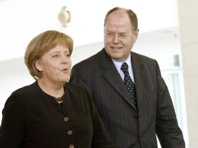 Finanzminister Peer Steinbrück (SPD) kann sich die Fortsetzung der großen Koalition unter Kanzlerin Merkel gut vorstellen.