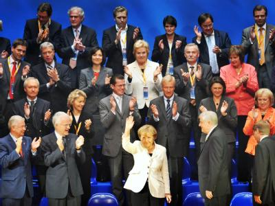 Sie ist die Mitte: Bundeskanzlerin Angela Merkel (Mitte) und die Unionsspitze beim Wahlkampfauftakt in Düsseeldorf.