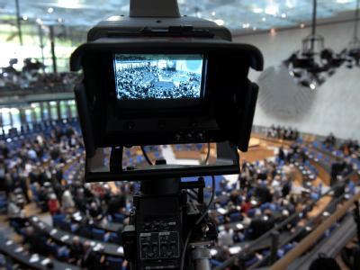 Feierstunde 60 Jahre nach der ersten Sitzung: Eine Fernsehkamera filmt den Plenarsaal des ehemaligen Bundestages in Bonn.