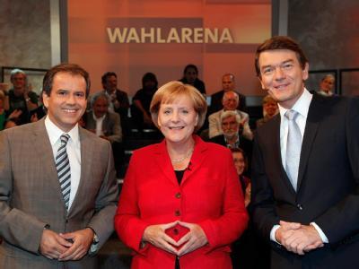 Andreas Cichowicz ( l) und Jörg Schönenborn moderieren die Wahlarena mit Merkel. Foto: WDR/Herby Sachs