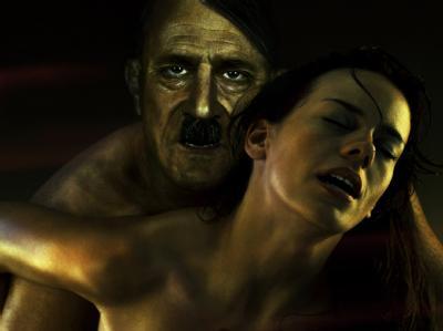 Das Plakat zeigt einen Mann, der Adolf Hitler darstellen soll, beim Liebesakt.