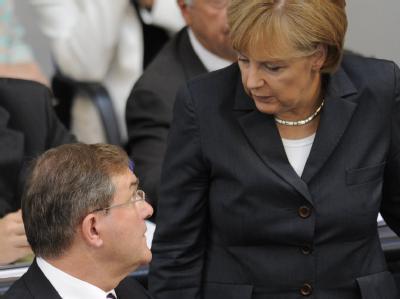 Bundeskanzlerin Angela Merkel (CDU) und Bundesverteidigungsminister Franz Josef Jung (CDU) im Plenarsaal des Bundestages.