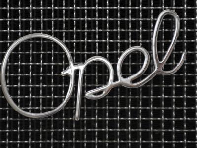 Ein Opel-Schriftzug auf dem Kühlergrill eines historischen Opel-Fahrzeuges. 1862 begann die Geschichte des Opel-Konzerns. (Archiv- und Symbolfoto)