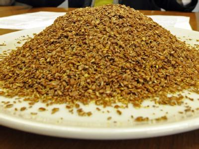 Teller mit Leinsamen: Lebensmittelprüfer haben in Baden-Württemberg eine größere Menge gentechnisch veränderten Leinsamens entdeckt.