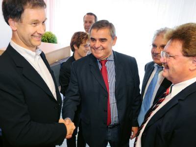 Angeführt von CDU-Regierungschef Peter Müller (M) und Grünenchef Hubert Ulrich (l) trafen sich in Saarbrücken Delegationen beider Parteien.