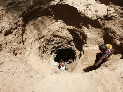 Kostbares Nass: In Nordkenia suchen Frauen vom Stamm der Turkana Wasser in einem Sandloch.