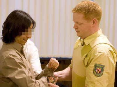 Dem mutmaßlichen El-Kaida-Mitglied Ömer Ö. werden im Oberlandesgerichts in Koblenz die Handschellen abgenommen.