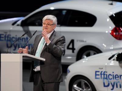 Ex-Außenminister Joschka Fischer am IAA-Stand von BMW.