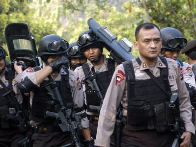 Mitglieder einer indonesischen Spezialeinheit während der Aktion in Solo.