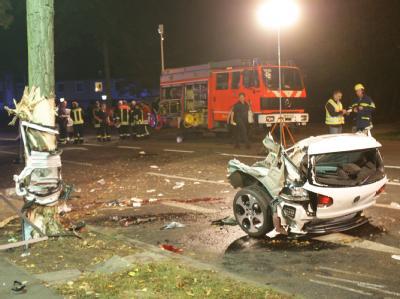 Das abgerissene Heck eines VW Golf nach dem Verkehrsunfall mit vier Toten in der Wolfsburger Innenstadt.