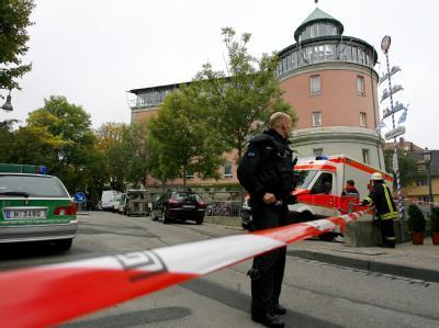 Das Gelände um das Carolinum-Gymnasium ist nach dem Anschlag abgesperrt worden.