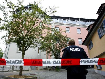 Ein Polizist vor dem Eingang des Carolinum-Gymnasiums.