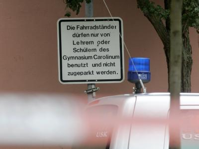 Polizeiauto vor dem Carolinum-Gymnasium in Ansbach.