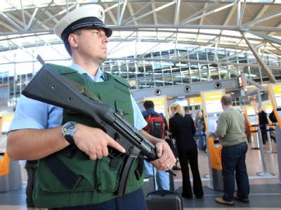 Nach einem neuen Drohvideo von El Kaida sind die Sicherheitsmaßnahmen an Flughäfen und Bahnhöfen verstärkt worden.