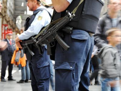 Bundespolizisten patrouillieren mit schwerer Schutzweste und Maschinenpistole im Hauptbahnhof in Frankfurt am Main.