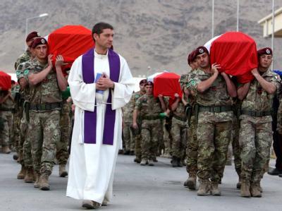 Italienische ISAF-Soldaten tragen in Kabul die Särge ihrer getöteten Kameraden zum Flugzeug, das die Toten in ihre Heimat bringt.